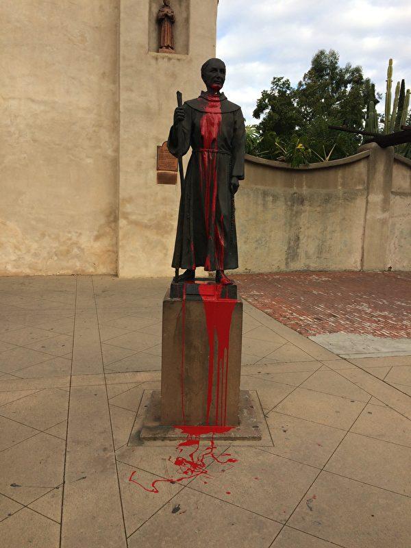 11月3日早上約7:52,聖蓋博使命教堂(San Gabriel Mission Church)前的一座雕像遭到破壞,一名(或幾名)身分不明的嫌犯用紅漆破壞了西班牙傳教士Junipero Serra的雕像。(聖蓋博警局提供)