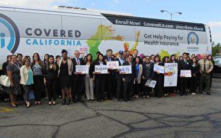 加州全保一年唯一一次申請或轉換健保機會自11月1日開始,執行長李彼得帶領週三啟航的加州全保巡迴巴士來到哈崗華興保險公司,呼籲民眾了解自己的權力。(袁玫/大紀元)