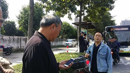 李碧云搭公交车前挡着一群人,不让李碧云去看医生。(访民提供)