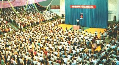 1994年,李洪志先生在中國法輪功大連第二期傳授班上講法傳功。(明慧網)