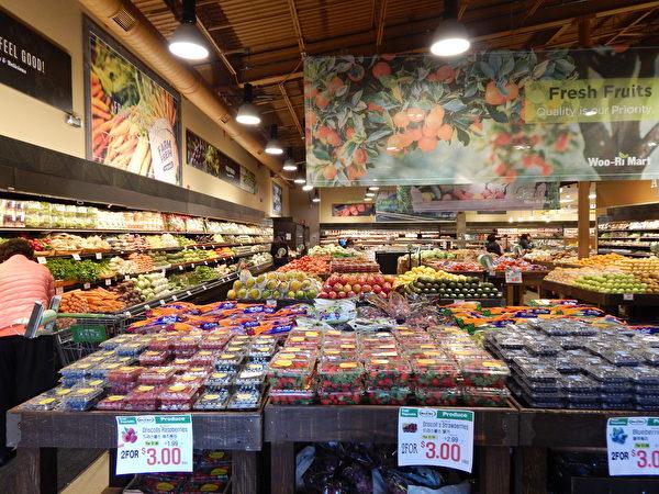圖:Woo-Ri Mart超市全年365天營業,每天從早8點開門營業到晚9點。(郭茗/大紀元)