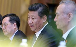 习近平10日飞抵越南岘港出席APEC峰会,三名新任政治局委员丁薛祥(左一)、刘鹤(右一)、杨洁篪随行。( LUONG THAI LINH/AFP/Getty Images)