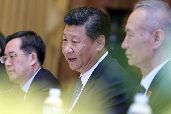 習近平10日飛抵越南峴港出席APEC峰會,三名新任政治局委員丁薛祥(左一)、劉鶴(右一)、楊潔篪隨行。( LUONG THAI LINH/AFP/Getty Images)