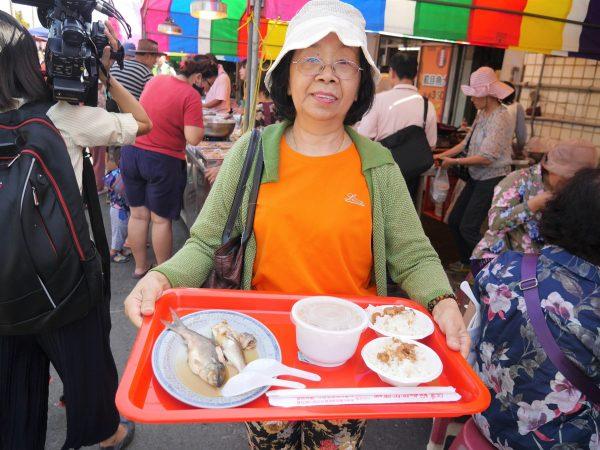 虱目魚風味餐,民眾以實惠價格即能享受到虱目魚的好滋味。(方金媛/大紀元)