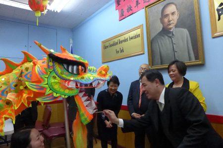 文教中心主任黃正杰對舞龍用朱砂點舌。