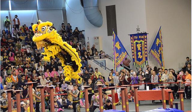 獅王文化節比賽騰空飛躍的雄姿。(宋順澈/大紀元)