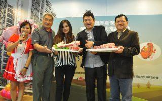 「嘉倍安心」認證豬肉到新竹推廣,展示自然豬戰斧豬排。(賴月貴/大紀元)