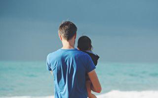 爸爸在沙灘抓起2歲的女兒 之後的舉動讓路人都驚呆了