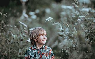 小男孩去花店預訂60年的鮮花 店主送達後卻爲之心碎