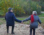 爸爸棒打鴛鴦 35年後媽媽去世 錢包遺物給她愛的啟示