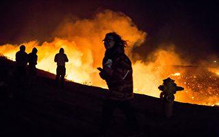 南加州爆炸性野火迫使近三万人撤离