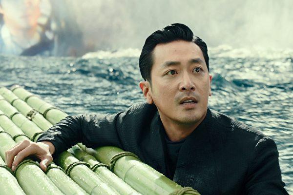 在電影裏,河正宇所扮演的陰間使者像是亡魂的辯護律師一般。圖為《與神同行》劇照。(采昌國際多媒體提供)