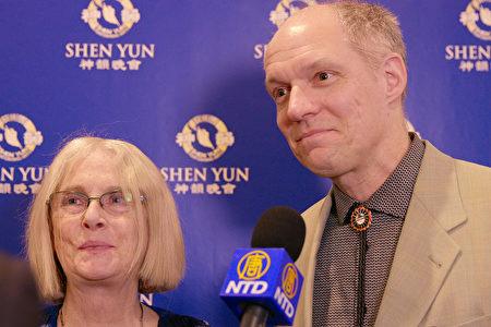 Gregory Oakes和太太Cathy Stuart观看了2018年12月30日下午神韵北美艺术团在夏洛特的演出。(新唐人电视台)