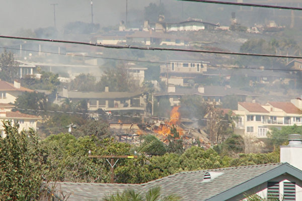 组图:南加州爆发3处野火 数万居民急逃离