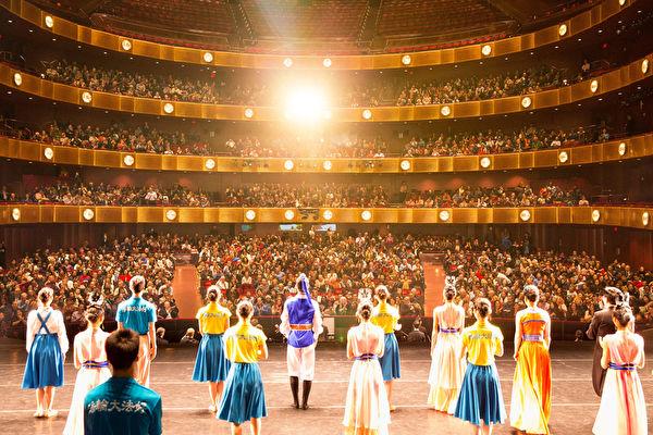 美國神韻藝術團自2006年成立以來,聲名鵲起,享譽全球。圖為2017年1月13日晚,神韻國際藝術團在紐約林肯中心大衛寇克劇院的演出,全場爆滿。(戴兵/大紀元)