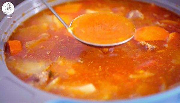 番茄牛肉面步骤四:小火闷煮,熄火闷,调咸淡。(C2食光提供)