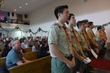 九名榮譽「鷹章」青年受勛後做童軍誓詞,家長們在后面興奮觀禮。