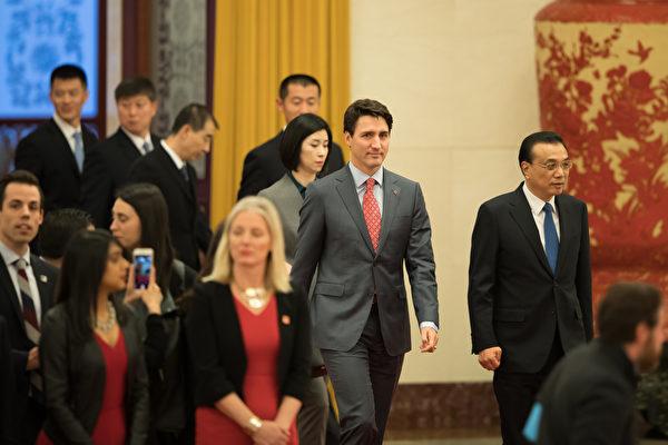 加中自由贸易谈判的努力12月4日失败。两国突然取消了原本计划的新闻发布会。正在访问北京的特鲁多总理暗示,双方的分歧在于,加拿大要求在贸易协议中包含劳工权利和环境保护等条款,但中共不希望这样做。 (Lintao Zhang/Getty Images)