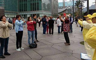 法轮功学员与游客交朋友 盼中国有信仰自由