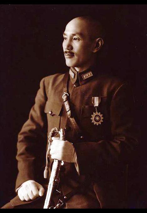 蔣中正全身軍裝禮服標準像,民國29年(1940)。(公有領域)