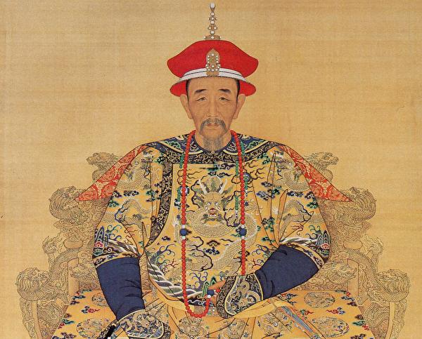 康熙皇帝朝服全身像。(公有領域)