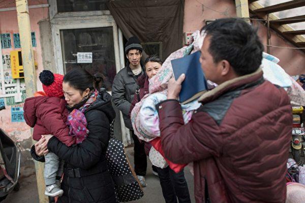 圖為北京官方強行驅逐「低端人口」後,不少居民被迫離開家園。(DUFOUR/AFP/Getty Images)