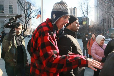 「街頭攤位項目」執行主任巴辛斯基(中)在市議會前指揮小販們表達要求。