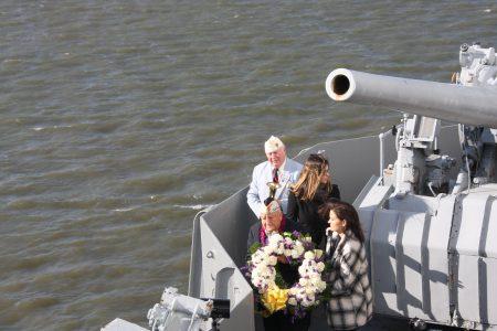 珍珠港幸存老兵Armando Galella将花环投入哈德逊河,悼念阵亡战友