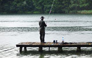 男子在钓鱼时突然看见一张脸 藏在水里对着他笑……