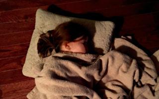 14岁少女睡觉时意外死亡 警方在她的床上翻出凶器
