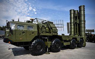 俄羅斯向中共交付S-400防空導彈系統的貨船在途中遭遇強風暴,部分設備受損,最後被迫返航回到俄羅斯。(ALEXANDER NEMENOV/AFP/Getty Images)