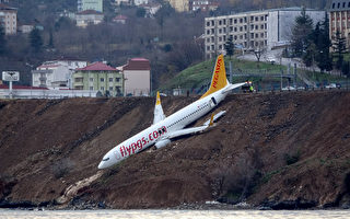 168人命悬一线 土耳其客机倒栽葱挂悬崖边