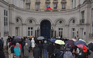 各界人士在國旗歌的悠揚樂聲中向國旗行注目禮。(駐法國台北代表處提供)
