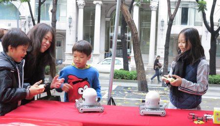 """葳格国际学校7日于台中草悟道办理""""发想、创客、一起玩Wagor Maker Fair"""",国际部的机器人操控体验,让参与的民众惊叹连连。"""