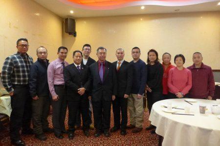 朱超然(左六)与白平原市警局局长张大卫(左四)及惩教署亚裔玉石协会的董事们合影。