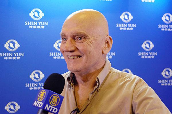 珀斯资深演员、表演教师及声乐教师James Hagan称神韵演出让他领略到了真正的中国传统文化精髓。(新唐人电视台)