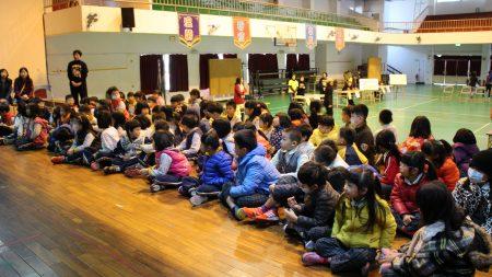 《悠遊字在》--漢字學堂活動,12日以「在遊戲中認識漢字的意涵」為題,在林森國小活動中心開講,吸引90位2年級小朋友到場