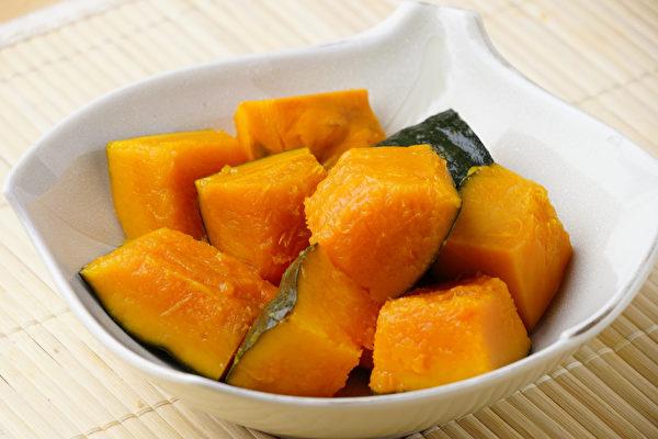 南瓜中含有的多糖能提高身体免疫功能。