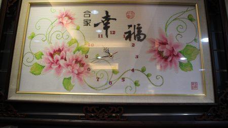 郑淑琴老师的刺绣作品<时来运转>。时钟还在走动呢!