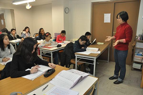 華語文教師與學生互動教學情形。(駐法國台北代表處提供)
