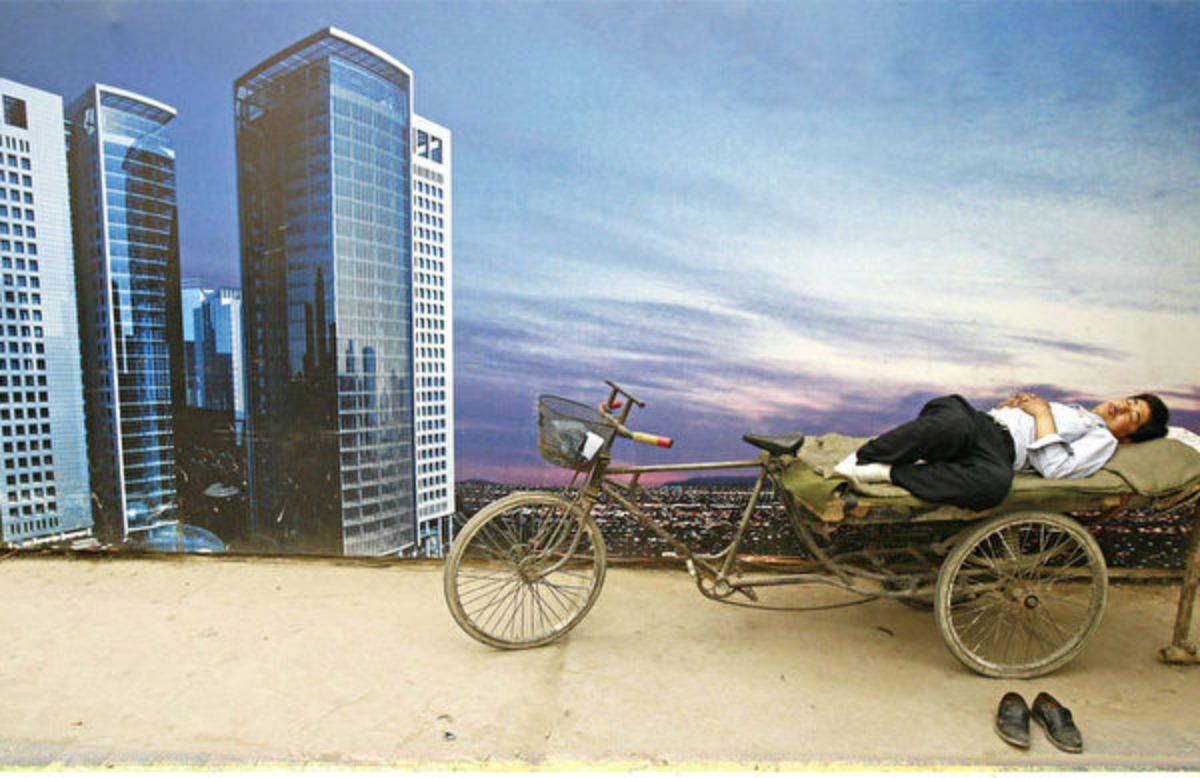 中國經濟持續放緩,專家解析,政府主導的經濟模式大勢已去。圖為大陸的一處樓市廣告。(PETER PARKS/AFP/Getty Images)
