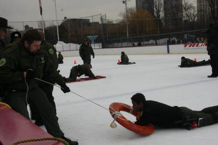 公园局执法巡逻进行冰上救援演习。
