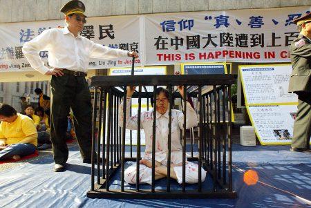 北京當局去年持續迫害宗教信徒和領導人,包括法外監禁一名天主教主教、羈押法輪功學員等。圖為中共非法羈押法輪功學員示意圖。