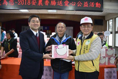 雾峰农会理事长黄景建(左)、大安农会总干事蔡建宗(右)致赠香肠礼盒给民众。