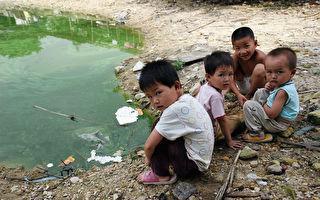 中国的危机 留守儿童跷二郎腿抽烟