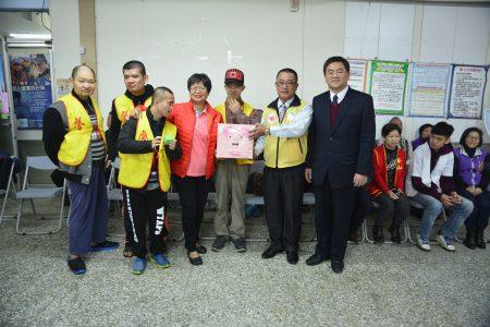 雾峰农会理事长黄景建(右1)、大安农会理事长黄明荣(右2)赠香场礼盒给馨安启智家园。