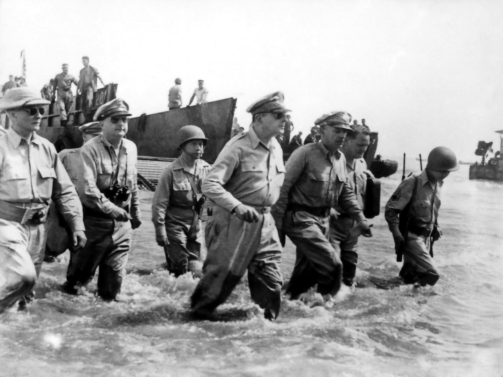 麥克阿瑟將軍(中)在菲律賓視察。(公有領域)