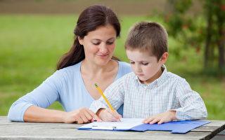 抓住孩子模仿用筆的機會教他寫字。(Fotolia)