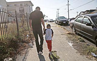 命中注定要救你 爸爸逛街意外救回失踪9个月的儿子