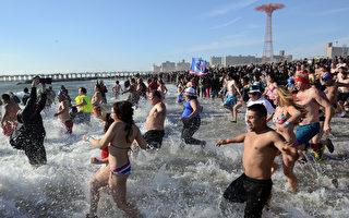 不畏極凍海水 美國人仍「北極熊跳」迎新年